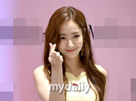 朴敏英一身黄裙亮相活动 标志性甜笑迷人 韩饭网 韩剧网