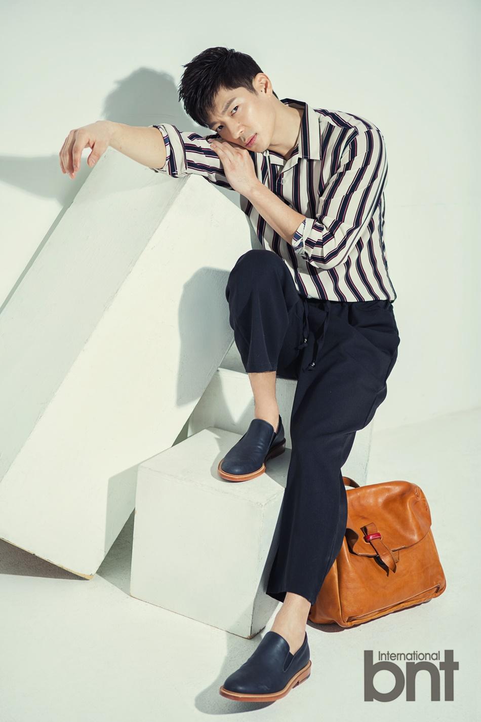 组图:韩国男歌手tim拍写真 成熟男人沉稳内敛