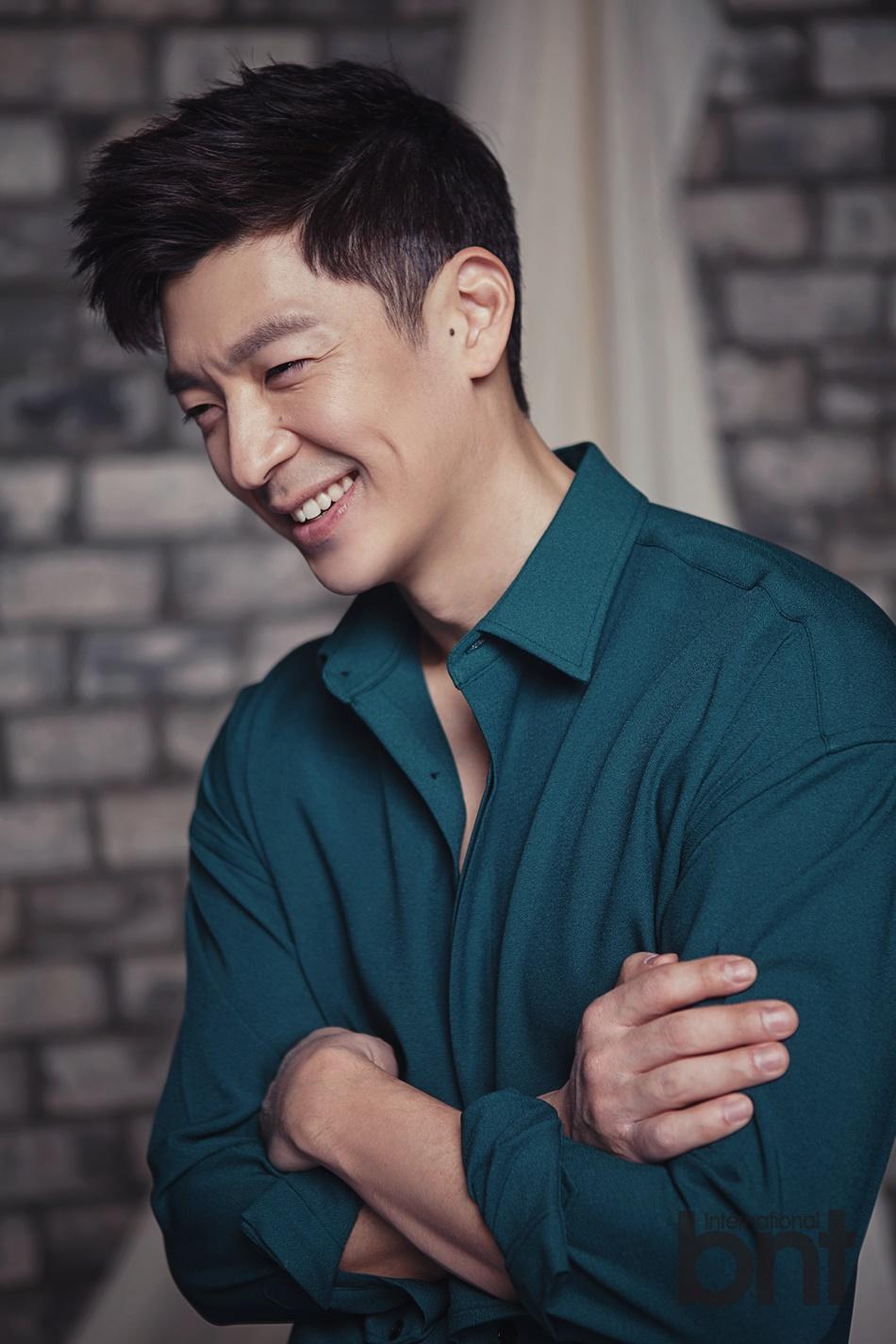 韩国男歌手tim拍写真 成熟男人沉稳内敛