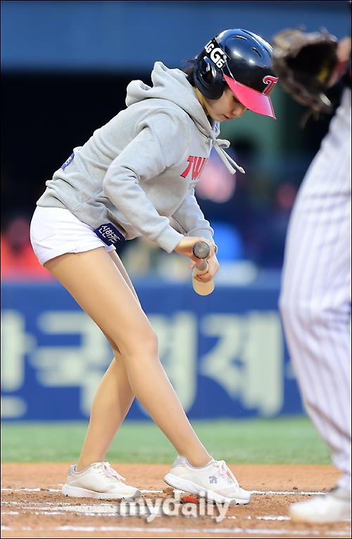 韩国棒球女郎弯腰捡球 翘臀美腿抢风头