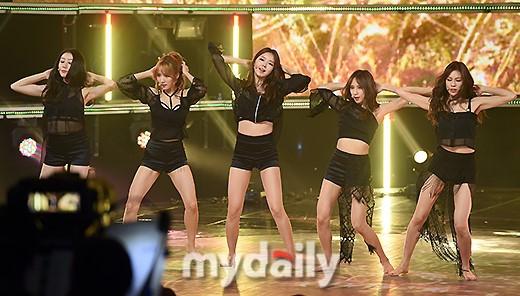 韩女团Stellar黑衣秀曲线 光脚登台热舞