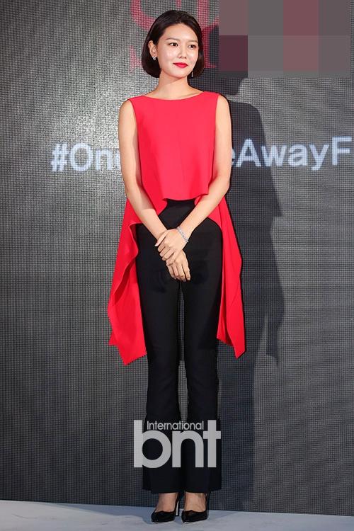 少女时代秀英红衣亮相 长腿短发又美又酷