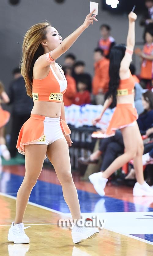 韩国篮球宝贝吹哨扮演裁判 还出示了一张牌