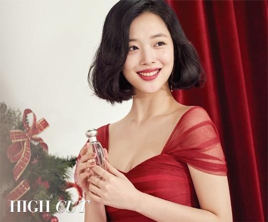 崔雪莉登时尚杂志拍写真 红装充满节日氛围