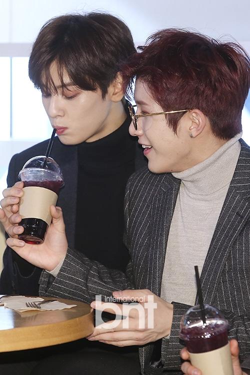 韩国男团ASTRO边吃边聊 微笑比心可爱帅气