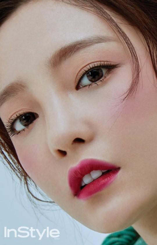 具荷拉最新画报公开 精致妆容散发迷人魅力
