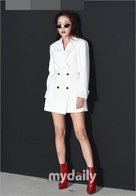 组图 韩女星Dara穿白衣露美腿 鞠躬捂胸口防走光