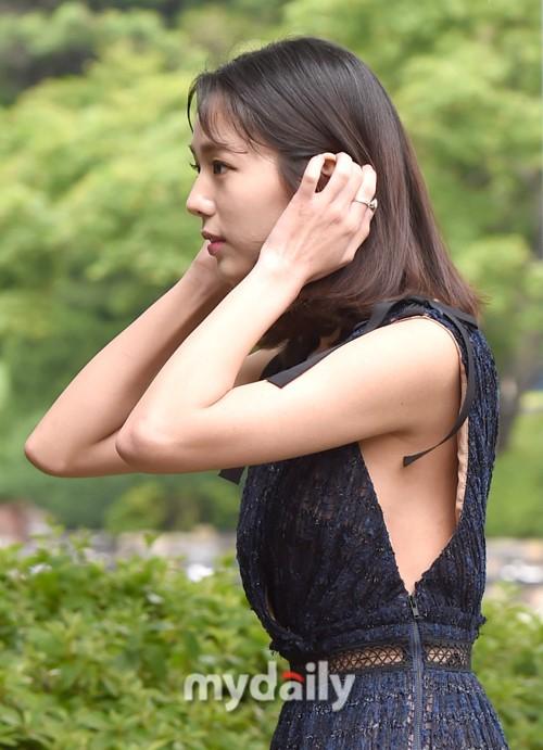 组图 韩女星蔡秀彬裙装腋下开口超大一抬手险走光 高清图集