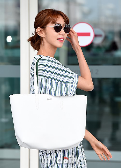 9 / 12 新浪娱乐讯 6月8日下午,韩国女艺人uee为拍摄杂志写真而从仁川