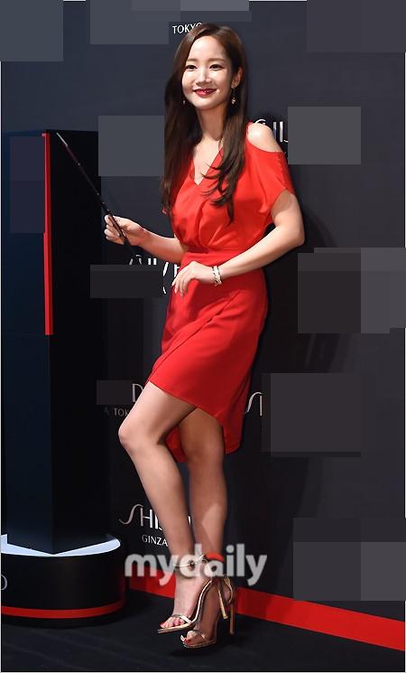 是漂亮的金秘书呀!朴敏英出席活动 红裙美艳妩媚动人