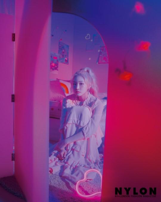组图:韩歌手金请夏登时尚杂志 梦幻风复古炫彩
