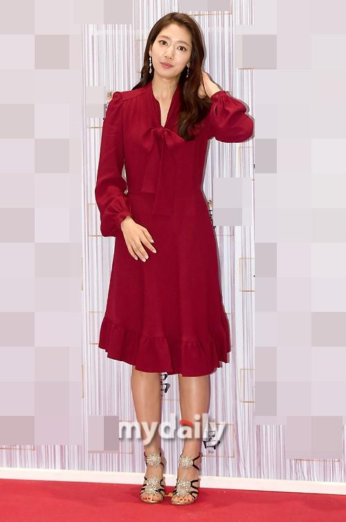 朴信惠一身红裙亮相活动 面颊圆润气色好