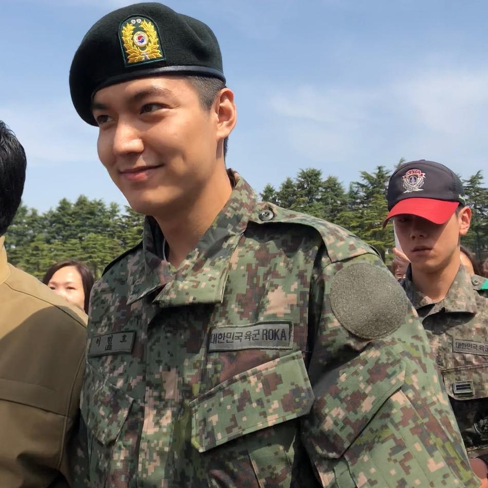 李敏镐新兵训练结束正式服役...