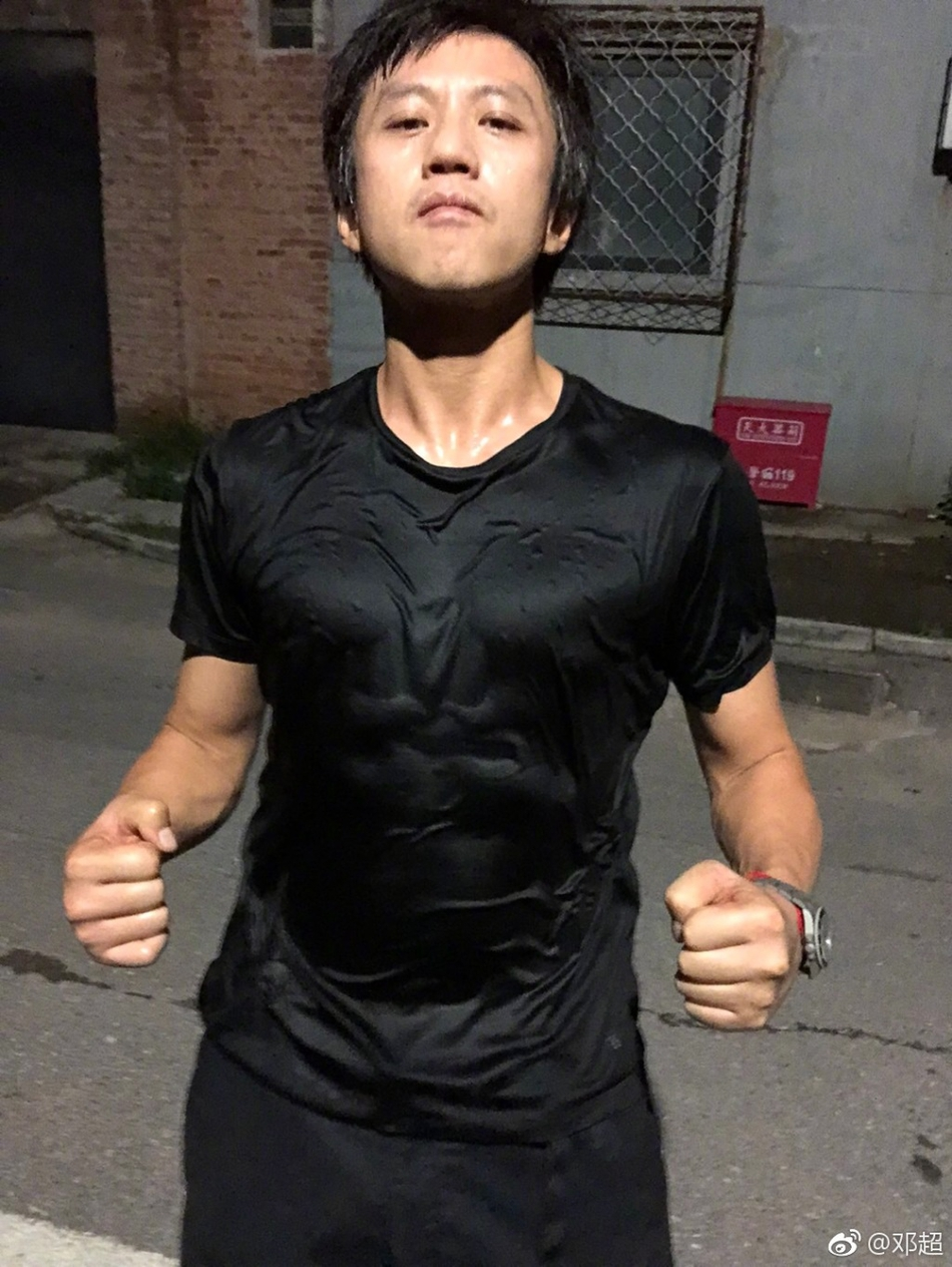 邓超健身每天瘦掉1公斤 衣衫湿透腹肌明显