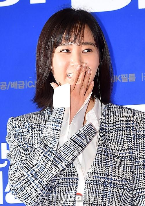 少女时代Yuri与秀英同台 助阵电影首映式