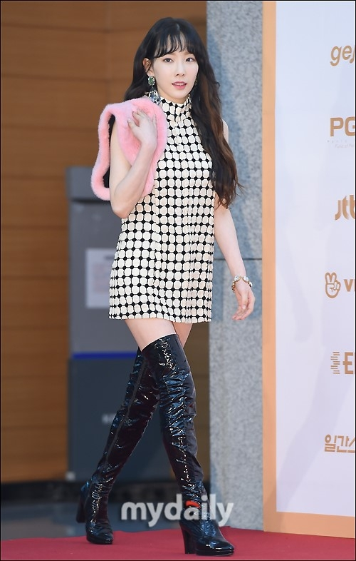 少女时代泰妍亮相金唱片 粉色皮草装饰抢眼