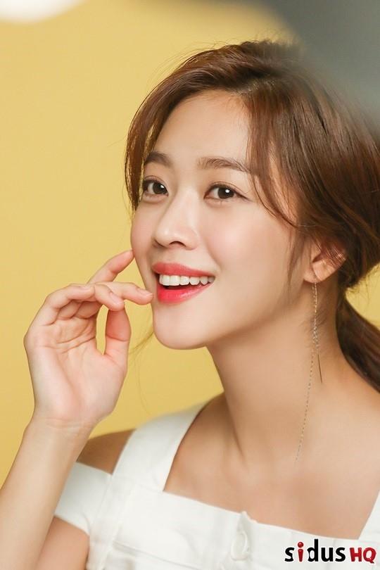组图:韩星赵宝儿拍写真气质清纯 笑容甜美俏皮