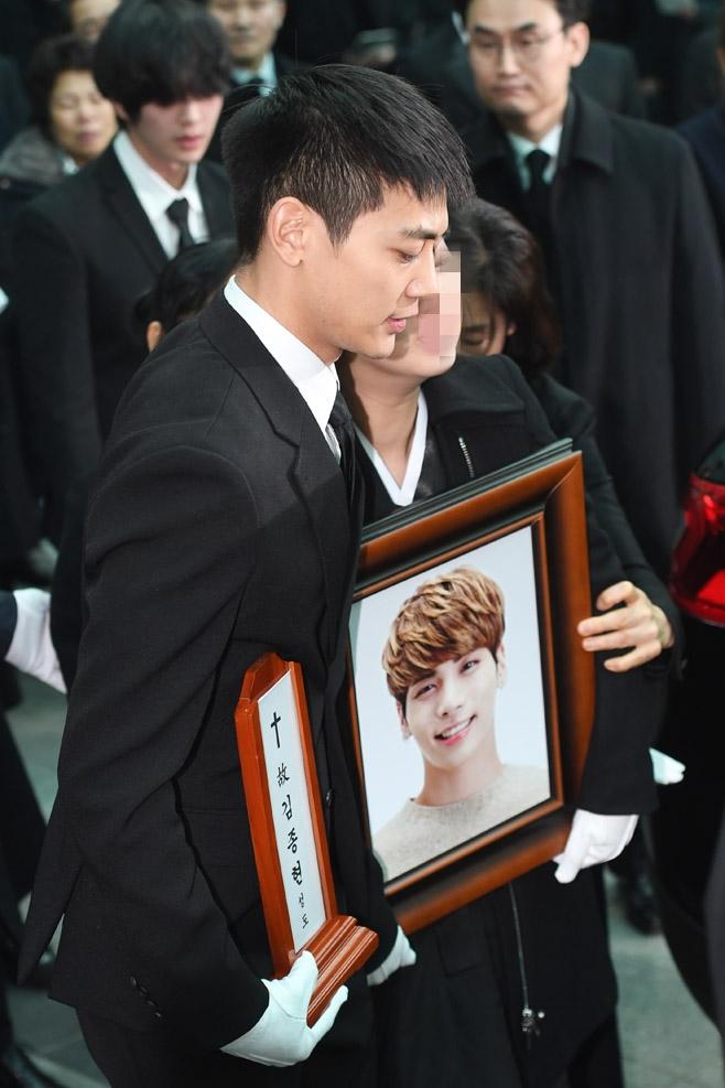 金钟铉出殡SHINee和SJ抬棺 少女时代等流泪送别
