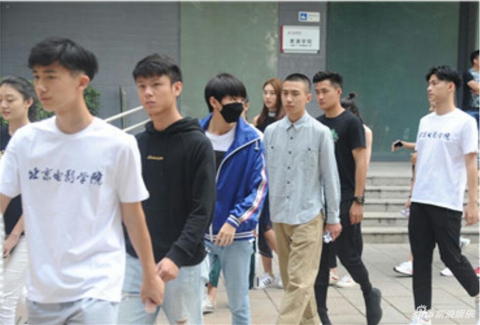 照片中与其他开心的同学相比,顶着明星学生光环的王俊凯似乎有