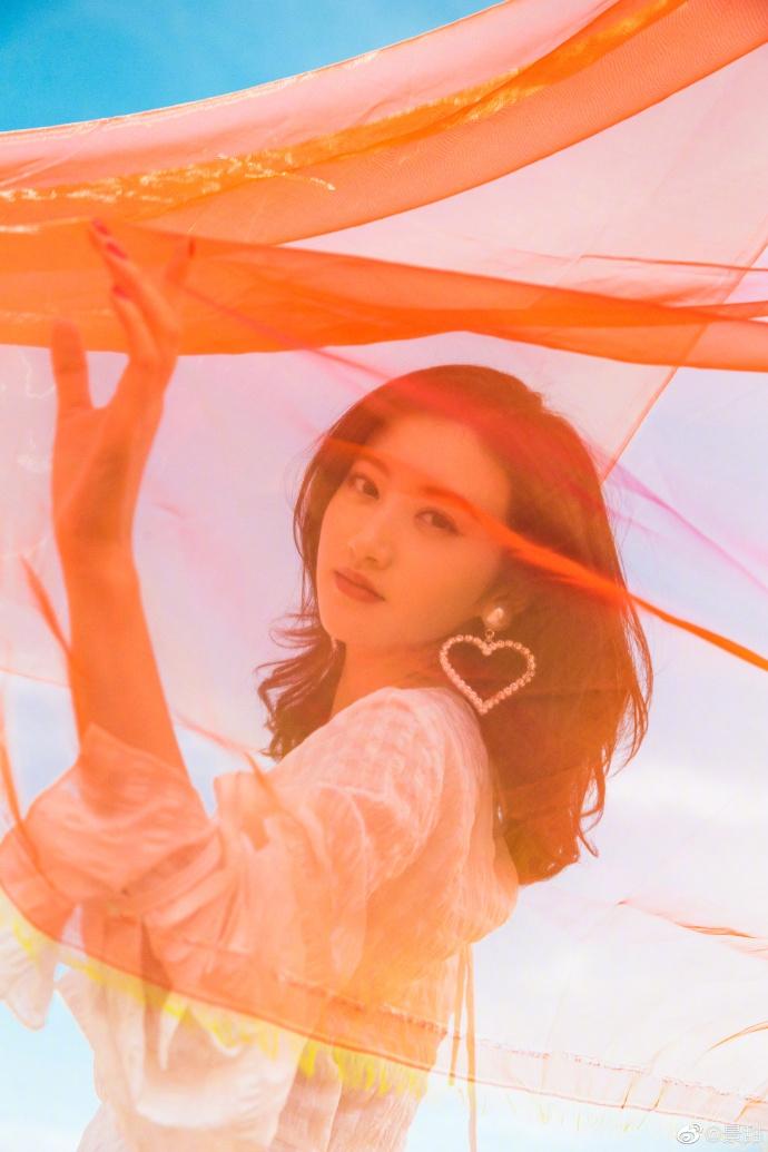 组图:景甜敦煌沙漠舞动红纱 白裙点缀心形耳环风情万种