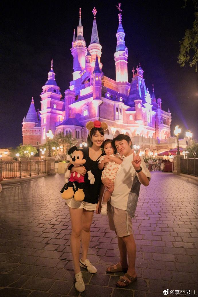 组图:王祖蓝李亚男带女儿游迪士尼 一家三口齐戴墨镜很温馨