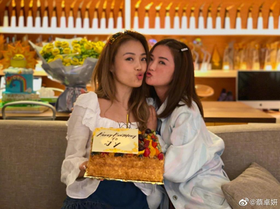 阿Sa为容祖儿庆生 两人捧着蛋糕玩亲亲姐妹情深