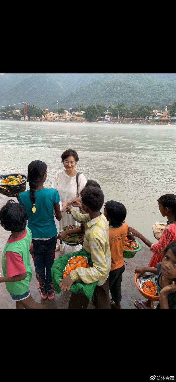 组图:林青霞回忆印度旅行温暖旧事 送卖花童礼物人美心善