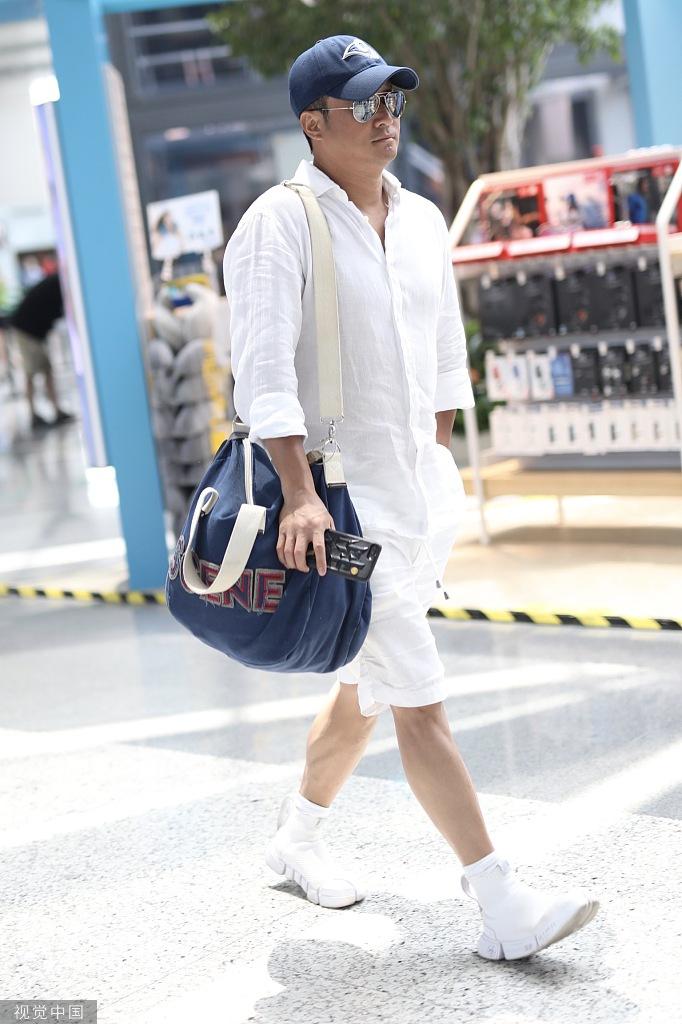 组图:吴京肤色登上热搜后,他穿了一身白装现身机场……