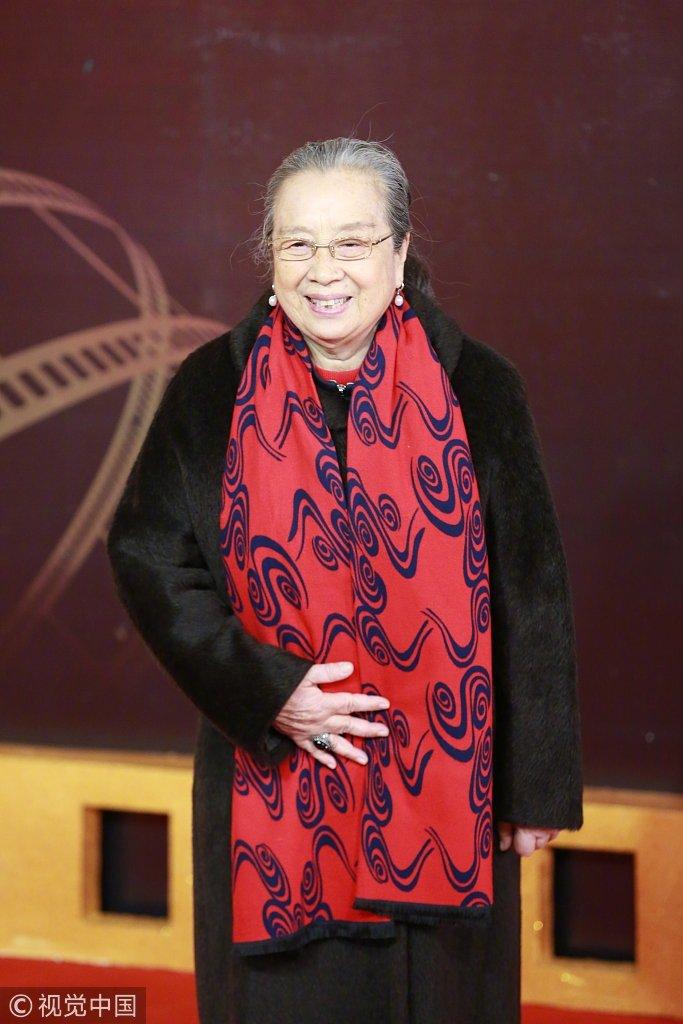 今天走红毯有多冷?华表奖中老年艺术家们保暖套装亮相