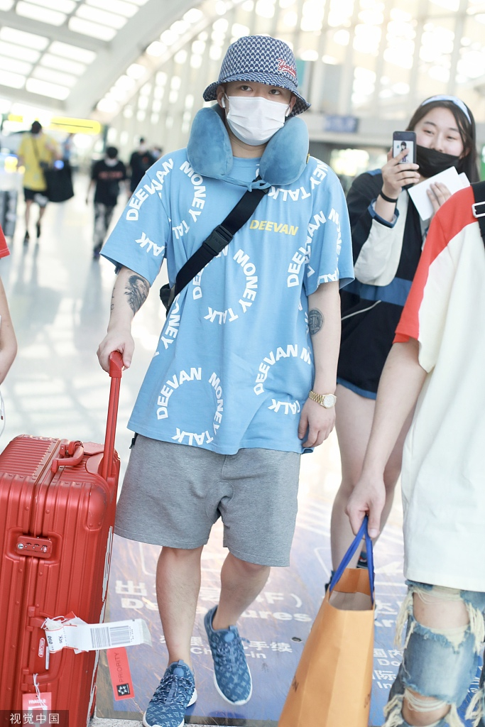 组图:PGone脖挂护颈枕自推行李箱 戴渔夫帽口罩遮挡严实玩低调