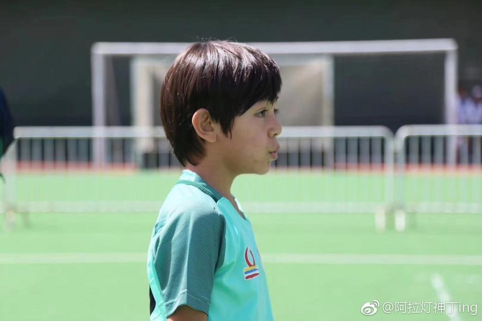 诺一参加少儿足球比赛 皮肤稍黑仍旧可爱帅气