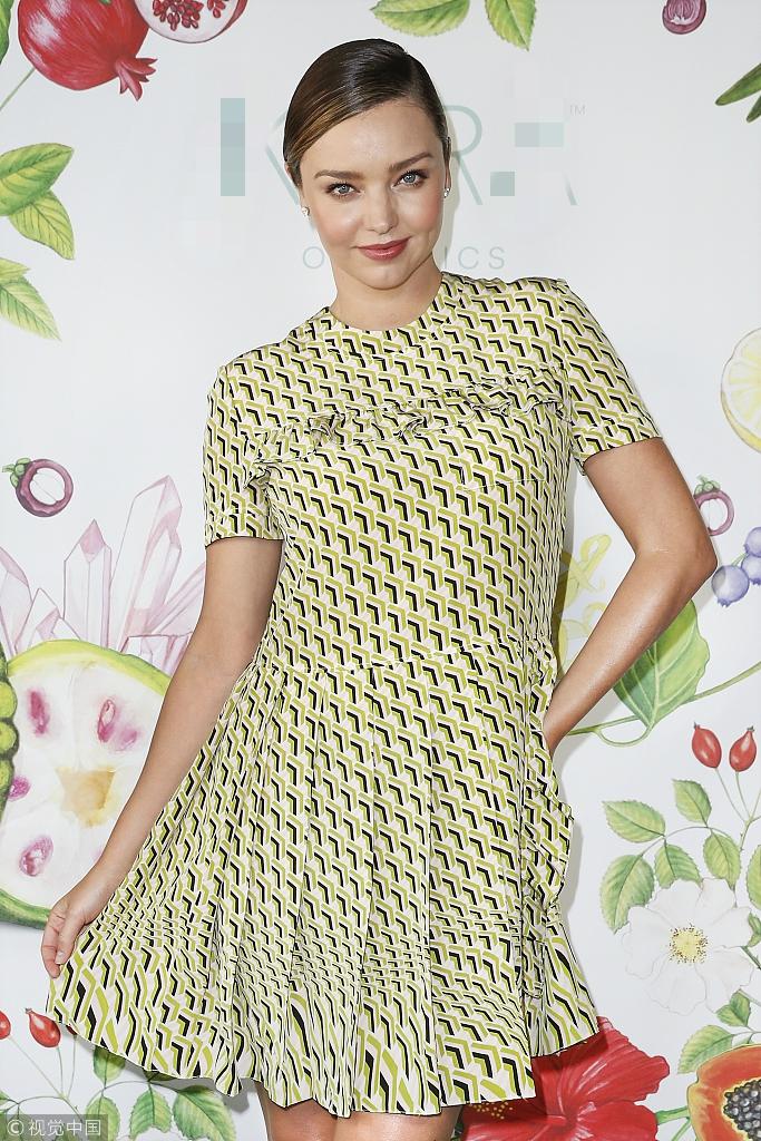米兰达·可儿宣布怀三胎后亮相撩裙摆笑容甜美