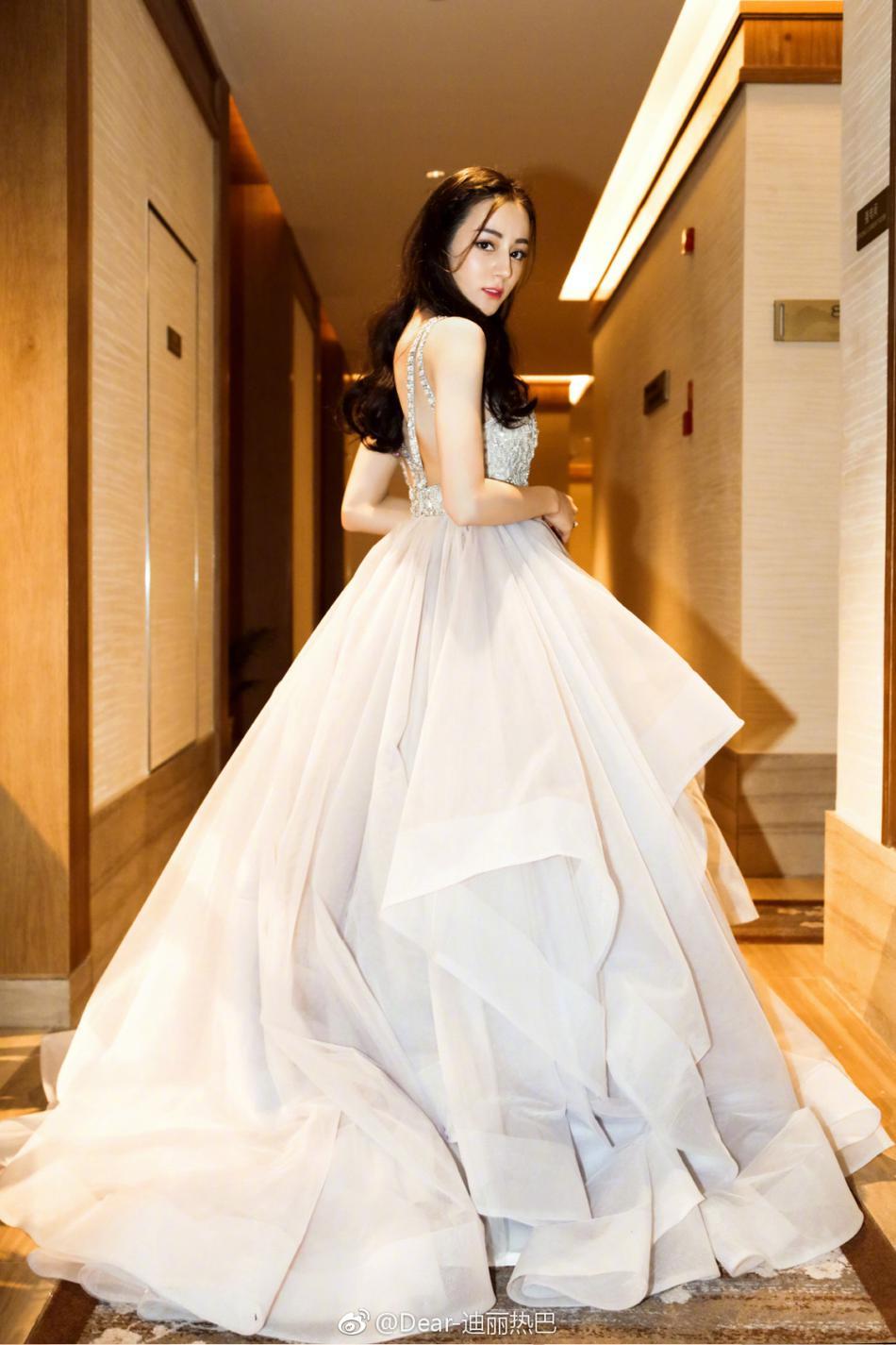 高清套图:迪丽热巴白色长裙秀手臂肌肉 比V卖萌超可爱