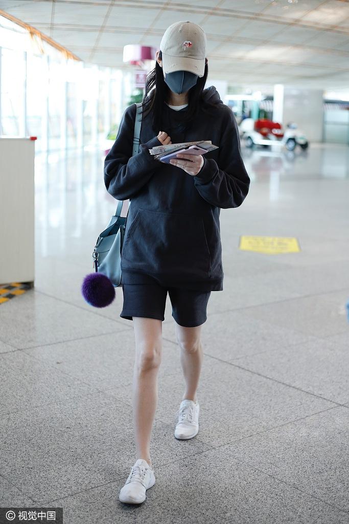 高清套图:奚梦瑶卫衣搭短裤秀美腿 口罩遮面显低调