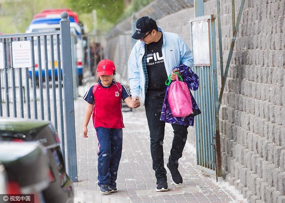 高清套图:李湘夫妇接王诗龄放学 Angela穿校服戴红帽超萌