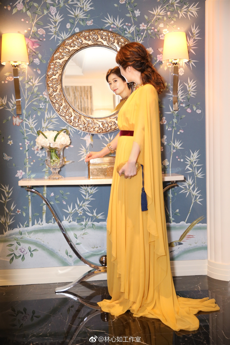辣妈林心如一身金黄高贵典雅 手握香槟气场全开 视觉美图 图2