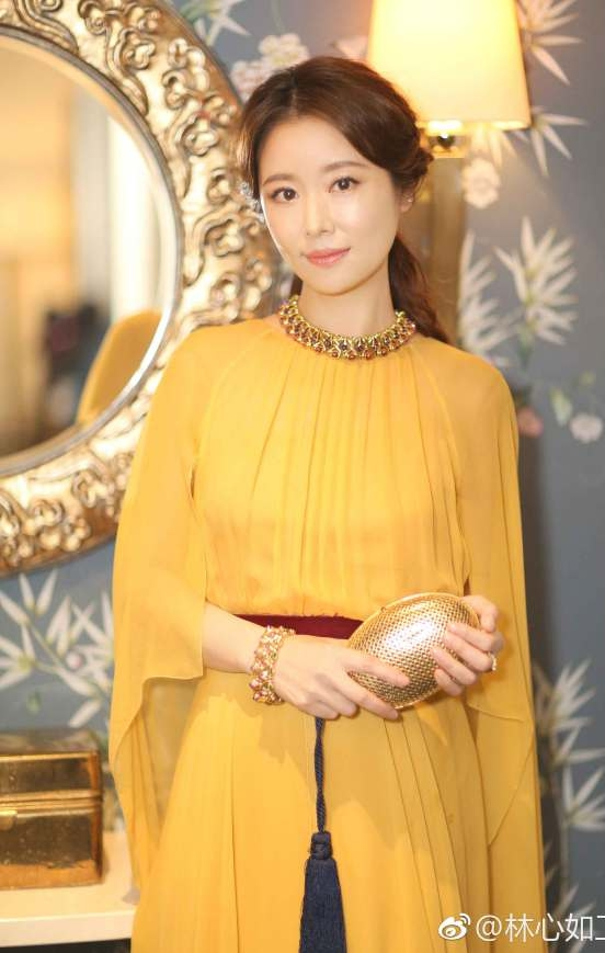 辣妈林心如一身金黄高贵典雅 手握香槟气场全开 视觉美图 图6