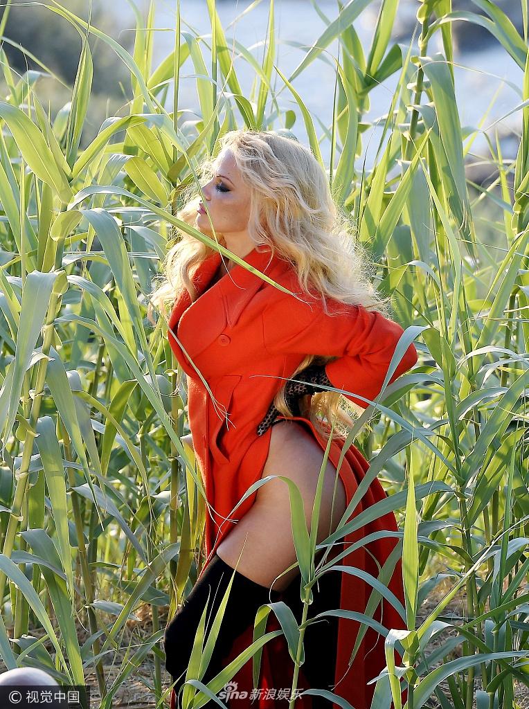 消失的内裤!50岁帕米拉玉米地凹造型秀美臀(图)