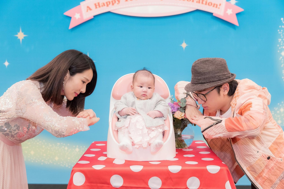 组图 王祖蓝李亚男为女儿举办百日宴 邓萃雯等好友齐聚一堂