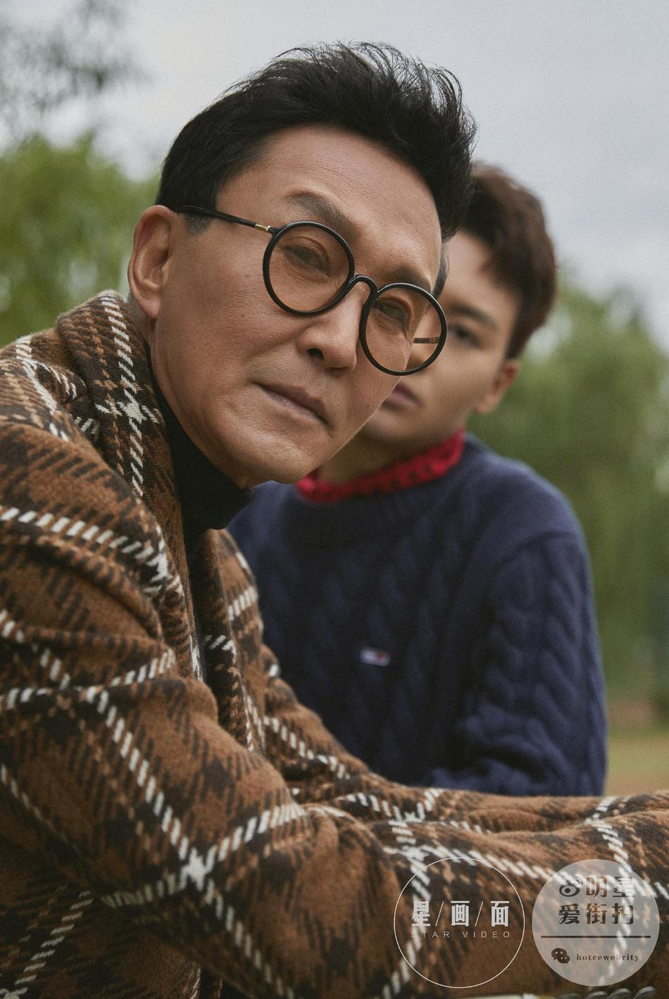 组图:吴刚与儿子同框拍摄写真 父子亲情温暖秋冬