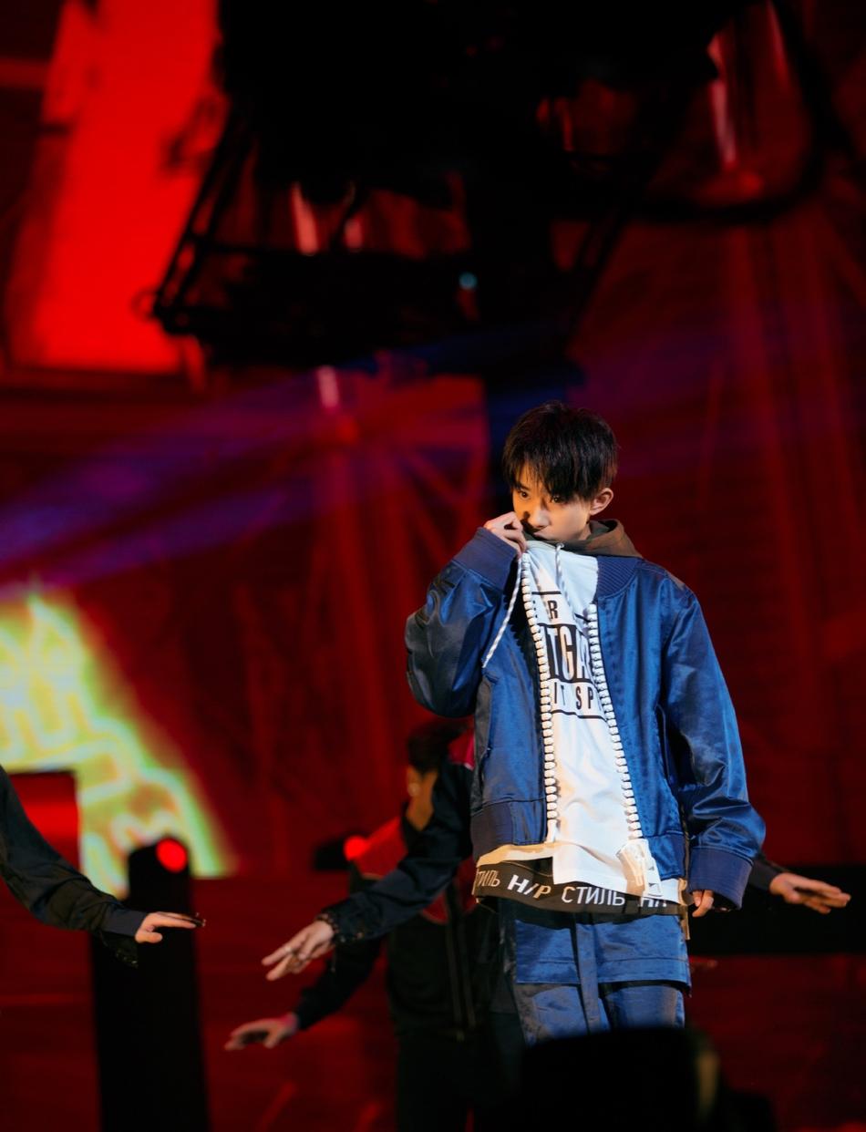 <br/>  11月28日,易烊千玺在北京五棵松体育馆举办自己的17岁生日会。当天三小只再度合体,王源、王俊凯也到现场送祝福。易烊千玺现场与性感辣妹共舞,深情演唱《Boyfriend》声音苏到不行。