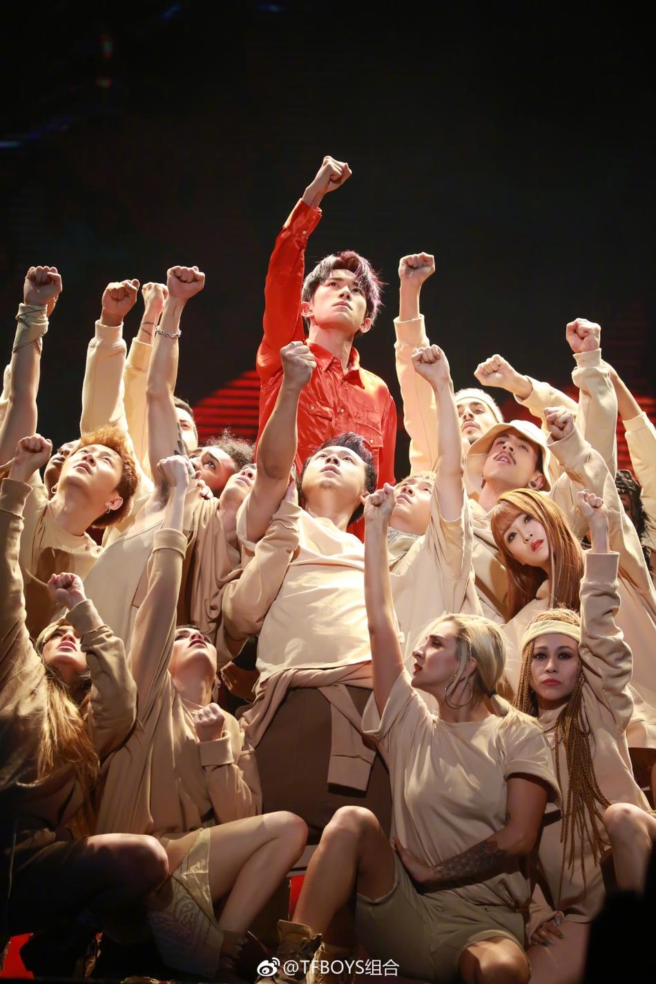 <br/>  11月28日,易烊千玺在北京五棵松体育馆举办自己的17岁生日会。当天三小只再度合体,王源、王俊凯也到现场送祝福。易烊千玺现场与性感辣妹共舞,深情演唱《Boyfriend》声音苏到不行。<br/>