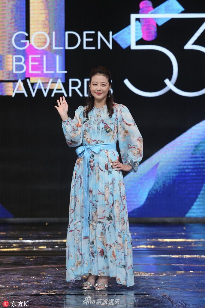 图 周海媚担任第53届金钟奖颁奖嘉宾 印花长裙气质优雅