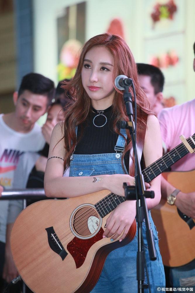 许靖韵弹吉他