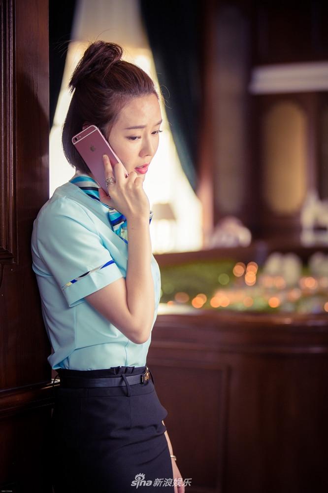《警察锅哥》刘海蓝身着西服套装 展干练清爽气质