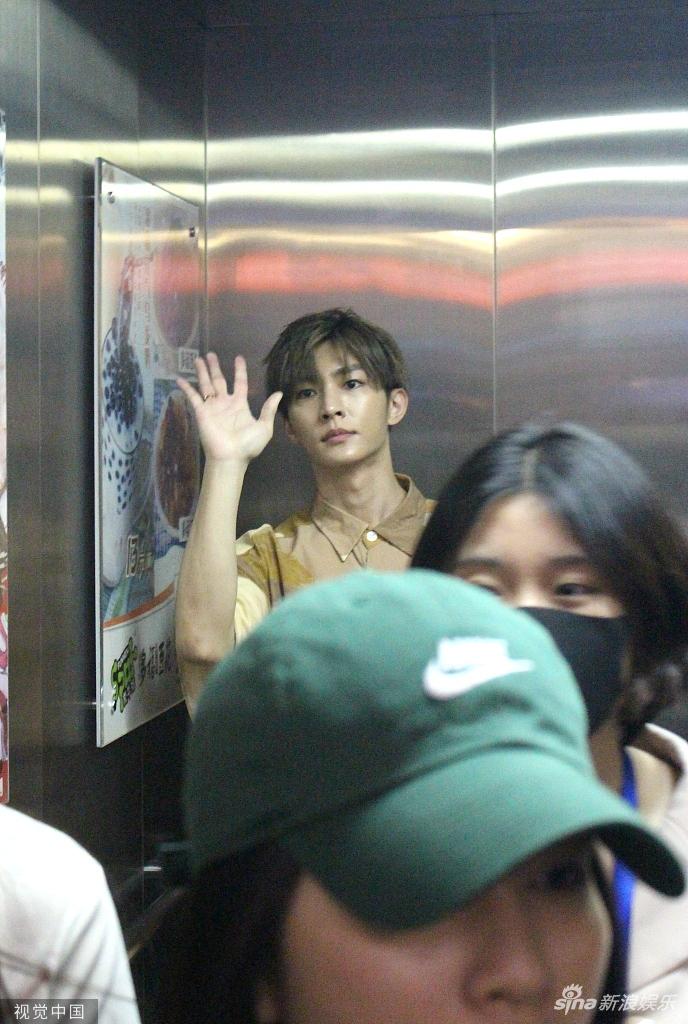 粉丝接机太热情!炎亚纶被挤进电梯一脸懵圈