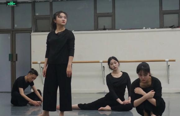 林妙可与同学进行汇报表演 托腮合影显少女坐角落很低调