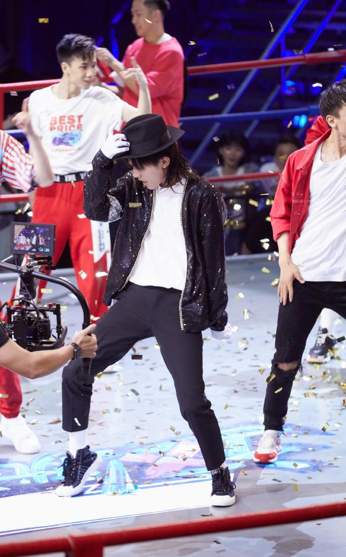 组图:燃到爆!易烊千玺穿亮片外套潇洒炫酷 跳MJ名曲致敬经典