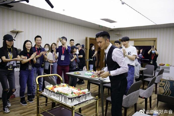 谢霆锋40岁生日派对未见王菲, 场内外摆放玫瑰超奢华