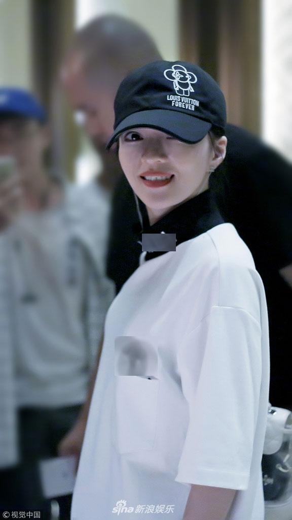 张韶涵着嘻哈装戴帽手插兜变酷女孩
